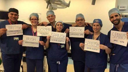 La fotografía, que se ha hecho viral en las redes sociales, pretende mostrar la eficacia de la inmigración en el país británico