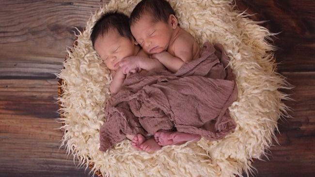 El nacimiento de gemelos en años diferentes