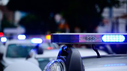 Todos los vehículos prioritarios en servicio de emergencia llevarán luces azules