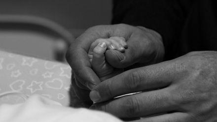 Padres por gestación subrogada abandonados en Ucrania por el Gobierno español en tiempos de coronavirus