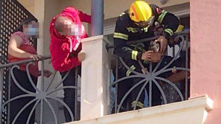 Los bomberos auxilian a un niño de dos años con la cabeza atrapada en una barandilla