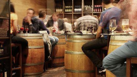 Los hombres más propensos a consumir alcohol a diario, las mujeres hipnosedantes