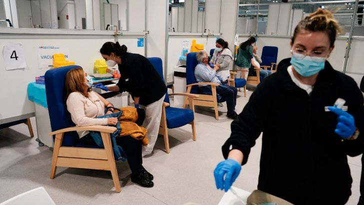 El estallido de casos entre los jóvenes obliga a la Comunidad de Madrid a acelerar el plan de vacunación