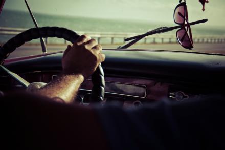 ¿Qué le pasa a un conductor que habla mientras conduce?