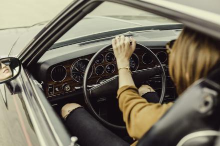 Adiós al mito: las mujeres conducen mejor que los hombres